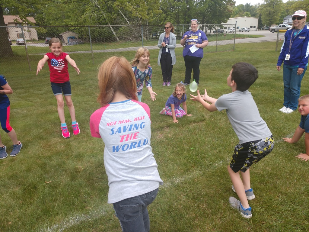 Balloon toss on track and field day